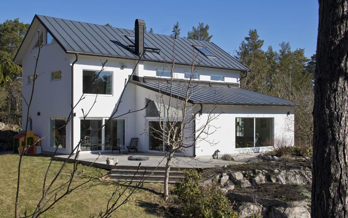 nybyggnad_villa_lannersta_nacka_vit_puts_plåt